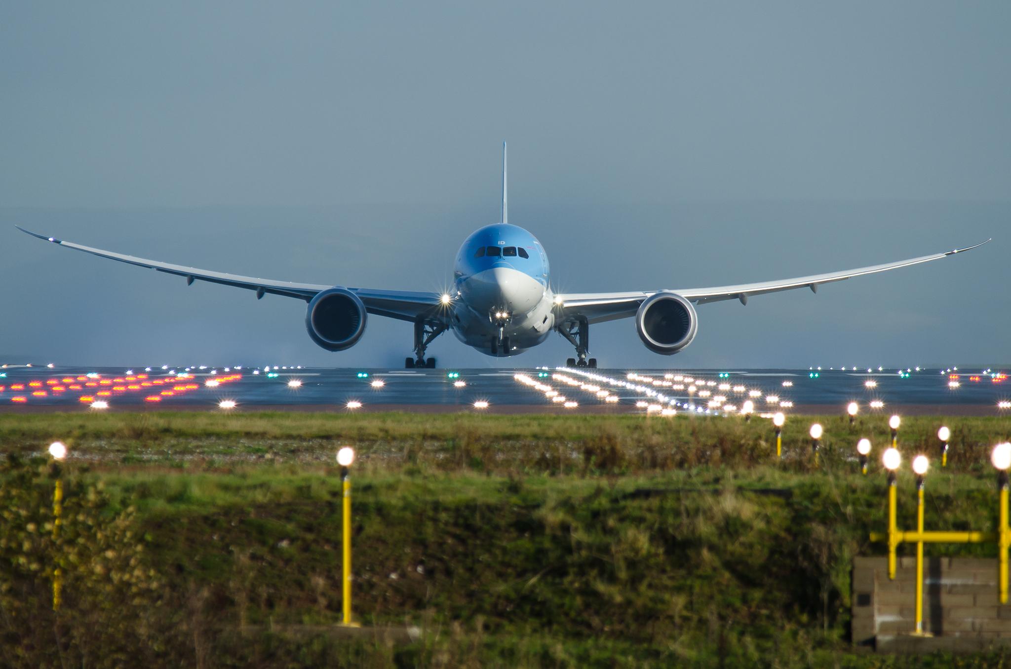 TOM686-thomson_airways_boeing_787-8_dreamliner_taxiing